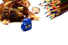 Stapel Bleistifte zerlegen mit Bleistiften und Bleistiftspitzer auf w in Bruchteile Stockfotos