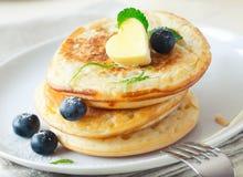 Stapel Blinis oder Pfannkuchen mit Blaubeeren Lizenzfreies Stockfoto