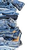 Stapel Blue Jeans über einem weißen Hintergrund Stockfotografie