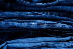 Stapel Blue Jeans stockfoto