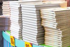 Stapel boeken bij boekhandel stock afbeelding