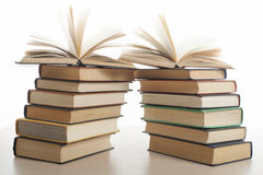 Stapel boeken die op witte achtergrond worden geïsoleerdr Het concept van het onderwijs Terug naar School Stock Foto
