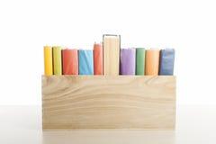 Stapel boeken die op witte achtergrond worden geïsoleerdr Het concept van het onderwijs Terug naar School Royalty-vrije Stock Foto's