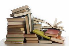 Stapel boeken die op witte achtergrond worden geïsoleerdr Het concept van het onderwijs Terug naar School Stock Foto's