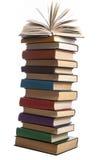 Stapel boeken die op witte achtergrond worden geïsoleerdr Het concept van het onderwijs Terug naar School Stock Afbeeldingen
