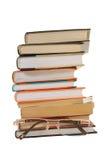 Stapel boeken en glazen stock afbeelding