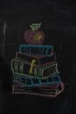 Stapel boeken met appel op zwart bord wordt getrokken dat royalty-vrije stock afbeeldingen