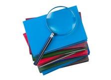 Stapel boeken met magnifer. Stock Afbeeldingen