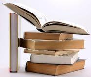Stapel boeken met open boek Royalty-vrije Stock Afbeelding