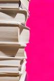 Stapel boeken op roze Stock Fotografie