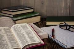 Stapel boeken, pecil, notitieboekje, glazen, studie Stock Foto's