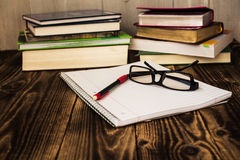 Stapel boeken, pecil, notitieboekje, glazen, studie Royalty-vrije Stock Foto's