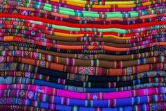 Stapel bolivianische Decken stockbild
