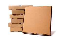 Stapel braune Pizzakästen mit Schaukarton Stockfoto