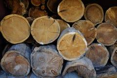 Stapel Brennholz in der rustikalen Scheune Stockbild