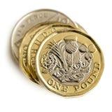 Stapel britische Münzen lokalisiert auf weißer Draufsicht Lizenzfreie Stockfotos