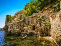 Stapel-Bucht nahe alter Stadt Dubrovniks mit Festung Lovrijenac, Kroatien lizenzfreie stockbilder