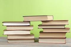 Stapel bunte Bücher auf dem Holztisch Scheren und Bleistifte auf dem Hintergrund des Kraftpapiers Zurück zu Schule Kopieren Sie R Lizenzfreie Stockfotos