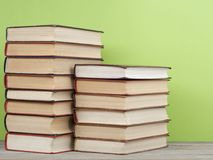 Stapel bunte Bücher auf dem Holztisch Scheren und Bleistifte auf dem Hintergrund des Kraftpapiers Zurück zu Schule Kopieren Sie R Stockbilder