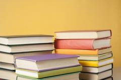 Stapel bunte Bücher auf dem Holztisch Scheren und Bleistifte auf dem Hintergrund des Kraftpapiers Zurück zu Schule Kopieren Sie R Lizenzfreies Stockbild