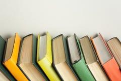 Stapel bunte Bücher auf hölzernem Schreibtisch Kopieren Sie Raum für Text Zurück zu Schule Scheren und Bleistifte auf dem Hinterg Stockbilder