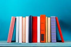 Stapel bunte Bücher, grungy blauer Hintergrund, Freiexemplarraum Lizenzfreies Stockbild