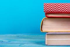 Stapel bunte Bücher, grungy blauer Hintergrund, Freiexemplarraum Stockfotografie