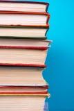 Stapel bunte Bücher, grungy blauer Hintergrund, Freiexemplarraum Stockbilder