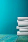 Stapel bunte Bücher, grungy blauer Hintergrund, Freiexemplarraum Lizenzfreie Stockfotos