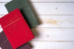 Stapel bunte Bücher, grungy blauer Hintergrund, Freiexemplarraum Stockfotos