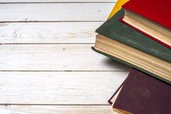 Stapel bunte Bücher, grungy blauer Hintergrund, Freiexemplarraum Lizenzfreie Stockfotografie