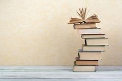 Stapel bunte Bücher Scheren und Bleistifte auf dem Hintergrund des Kraftpapiers Zurück zu Schule Buch, bunte Bücher des gebundene Stockbilder