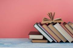 Stapel bunte Bücher Scheren und Bleistifte auf dem Hintergrund des Kraftpapiers Zurück zu Schule Buch, bunte Bücher des gebundene Stockfoto