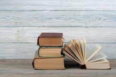 Stapel bunte Bücher Scheren und Bleistifte auf dem Hintergrund des Kraftpapiers Zurück zu Schule Buch, bunte Bücher des gebundene Stockbild