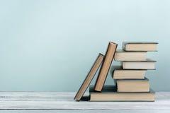 Stapel bunte Bücher Scheren und Bleistifte auf dem Hintergrund des Kraftpapiers Zurück zu Schule Buch, bunte Bücher des gebundene Stockfotografie