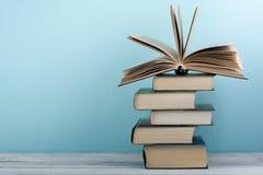 Stapel bunte Bücher Scheren und Bleistifte auf dem Hintergrund des Kraftpapiers Zurück zu Schule Buch, bunte Bücher des gebundene Lizenzfreies Stockbild