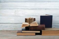 Stapel bunte Bücher Scheren und Bleistifte auf dem Hintergrund des Kraftpapiers Zurück zu Schule Buch, bunte Bücher des gebundene Stockfotos