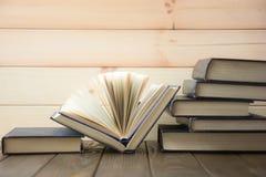Stapel bunte Bücher Scheren und Bleistifte auf dem Hintergrund des Kraftpapiers Zurück zu Schule Buch, bunte Bücher des gebundene Lizenzfreie Stockbilder