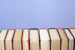 Stapel bunte Bücher Scheren und Bleistifte auf dem Hintergrund des Kraftpapiers Zurück zu Schule Kopieren Sie Raum für Text Stockbild
