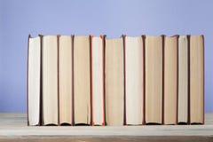 Stapel bunte Bücher Scheren und Bleistifte auf dem Hintergrund des Kraftpapiers Zurück zu Schule Kopieren Sie Raum für Text Lizenzfreie Stockfotos