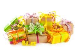 Stapel bunte Geschenkkästen lizenzfreie stockfotos