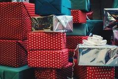 Stapel bunte handgemachte Geschenkboxen Stockbild