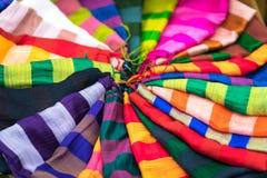 Stapel bunte silk Schals Stockfotografie