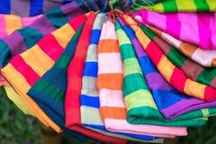 Stapel bunte silk Schals Lizenzfreie Stockbilder