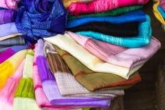 Stapel bunte silk Schals Stockfotos