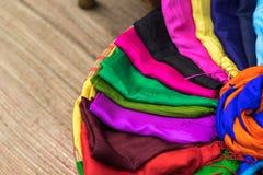 Stapel bunte silk Schals Lizenzfreies Stockbild