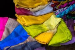 Stapel bunte silk Schals Lizenzfreie Stockfotografie