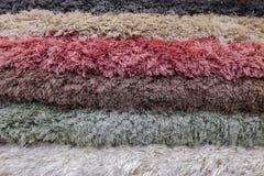 Stapel bunte Teppiche oder Wolldeckenhintergrund lizenzfreie stockfotos