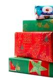 Stapel bunte Weihnachtsgeschenke lizenzfreie stockbilder