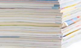 Stapel bunte Zeitschriften oder Dokumente Stockfotos